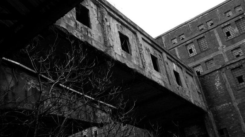 łacznik między budynkami, Ci z budownictwa twierdzili, zę powinien juz dawno się zawalić - fot. Marta