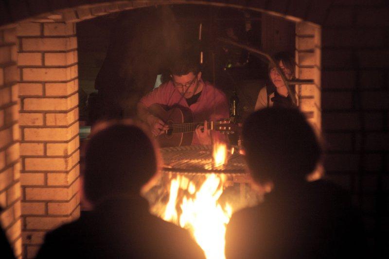 Wieczorny relaks przy ogniu i gitarze
