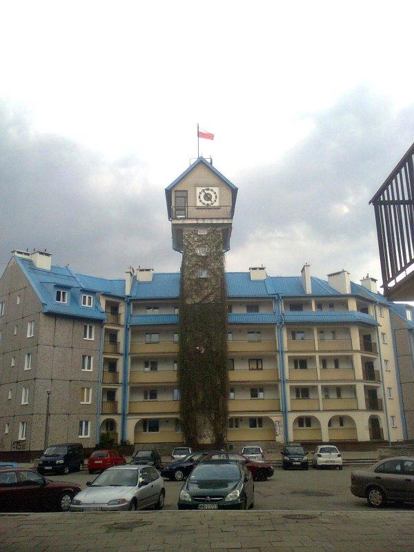 Blokowa wieża zegarowa w Olkuszu.