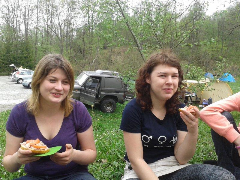 Alina i Ola dla odmiany zjadły pomidora