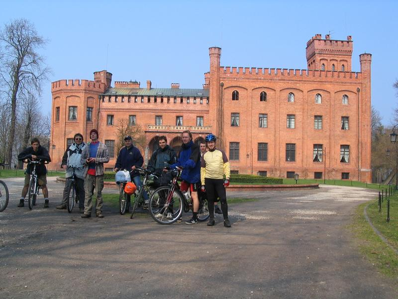 Rowerzysci przy zamku w Rzucewie