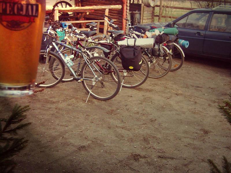 rumaki ładnie zaparkowane przed country pubem a my testujemy  specjala 'z kija' :)