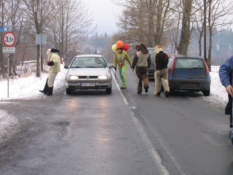 Sylwester. Na drogach zaczęli grasować kolędnicy. Janosik mógłby się od nich uczyć :)