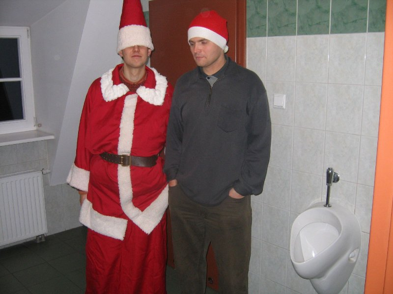 Mikołaj i Elf -  pomylili kanały wentylacyjne i wylądowali w ...