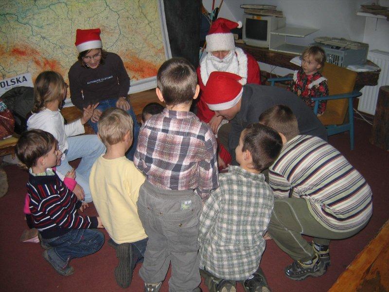 Dzieci testują sprawność fizyczną Mikołaja i Elfa. No cóż , do przyszłego roku muszą dużo trenować
