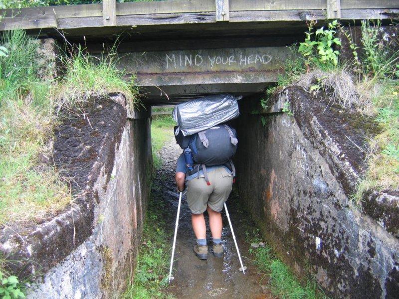 Budowniczy tego przejścia nie wziął pod uwagę naszych plecaków
