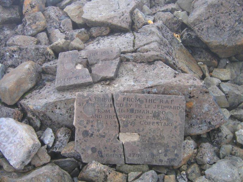 Tu były pamiątkowe kamyczki z Mount Everestu i Kilimandżaro. Ktoś nas uprzedził ...