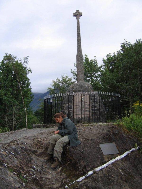 Pomnik upamiętniający 'masakrę' w Glen Coe. Zginęło aż 38 MacDonaldów  , ponad 300 uciekło ...