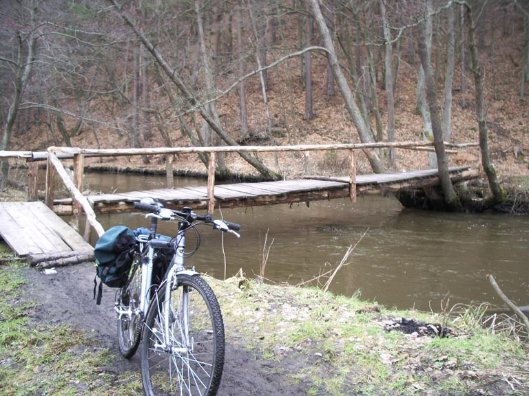 a nad wodą samotny rower