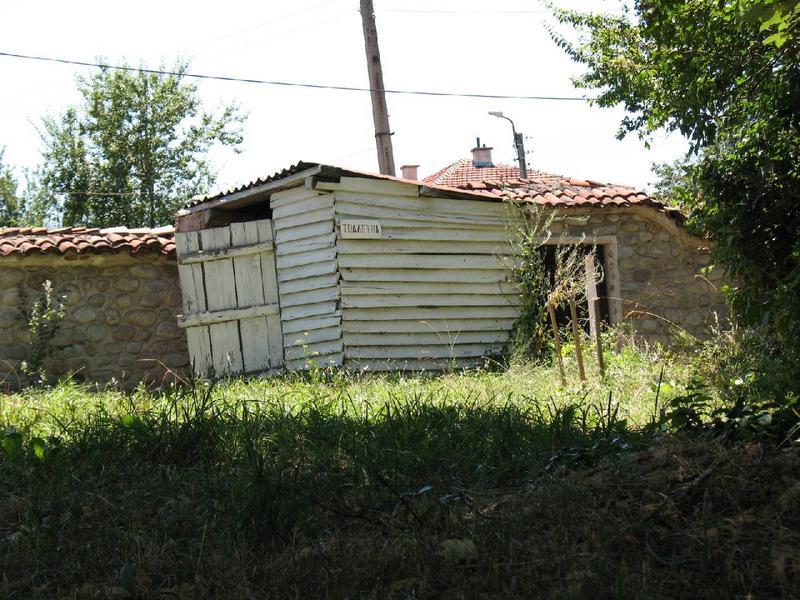 I toaleta koło cerkwi.