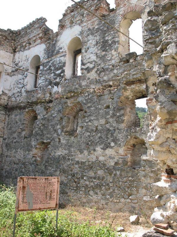 Ruiny cerkwi przyzamkowej w Melniku.