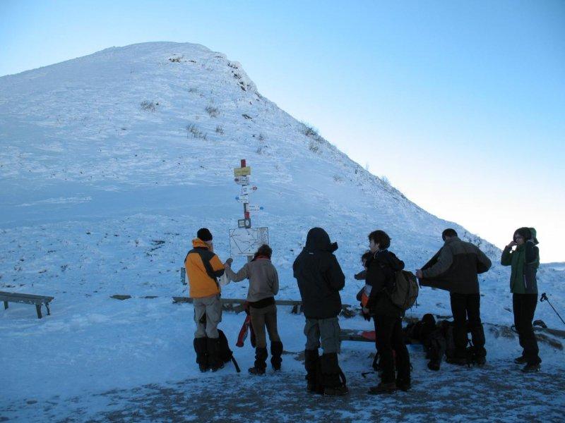 Chłopaki obmyślają taktykę zdobycia szczytu.