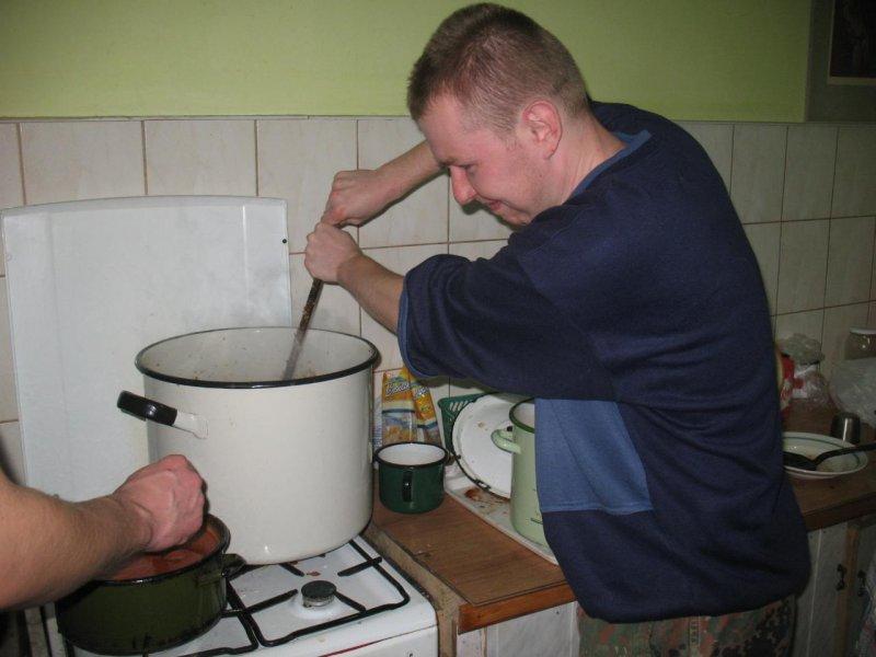 Przysłowia polskie : Gdzie kucharek nie ma, tam coś ugotują.