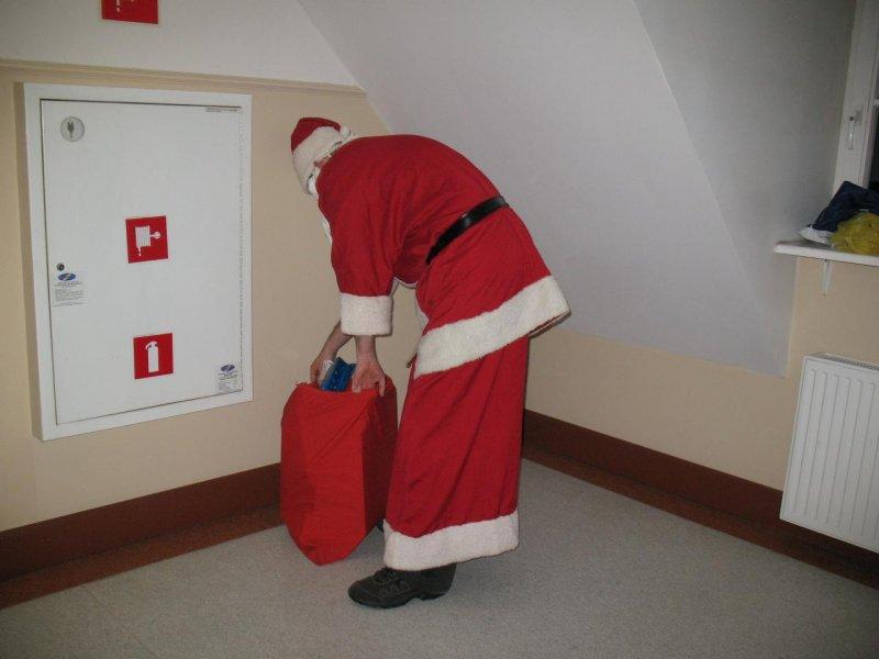 A św.Mikołaj prezenty z worka podbiera !