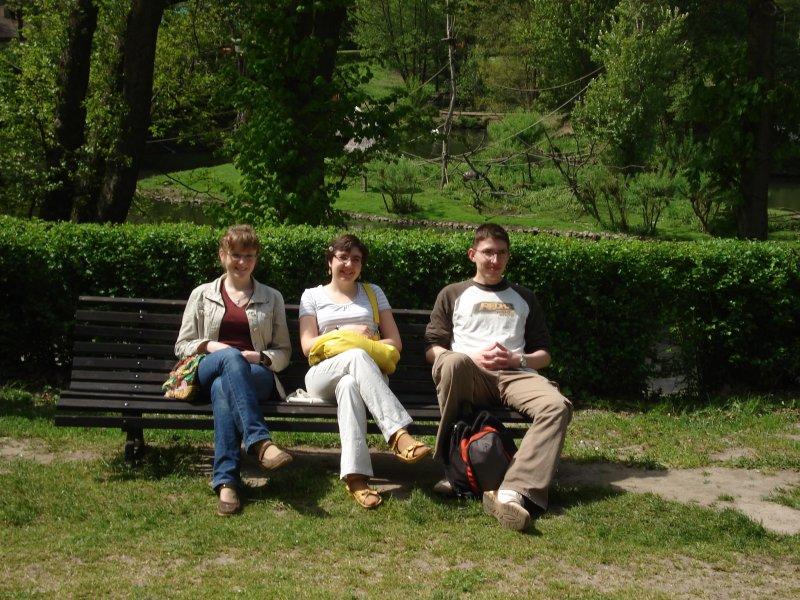 grupa odpoczywająca przed dalszymi atrakcjami