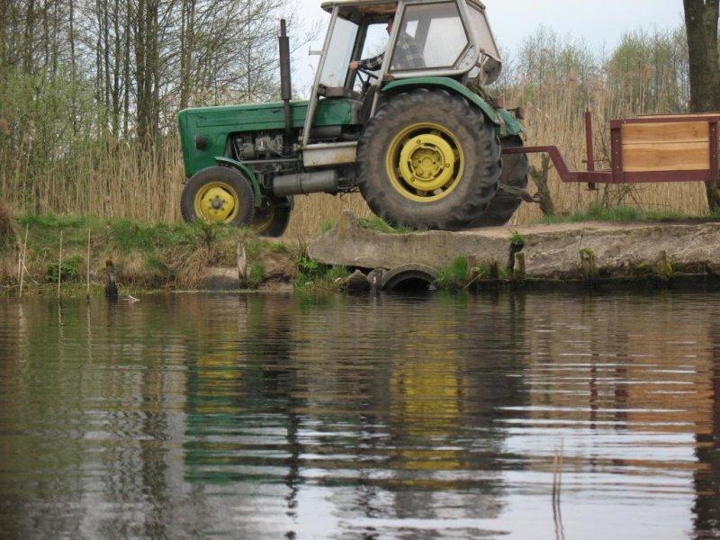 A to drugi koniec jeziora.   ( Wytęż wzrok i znajdź wypływ. )