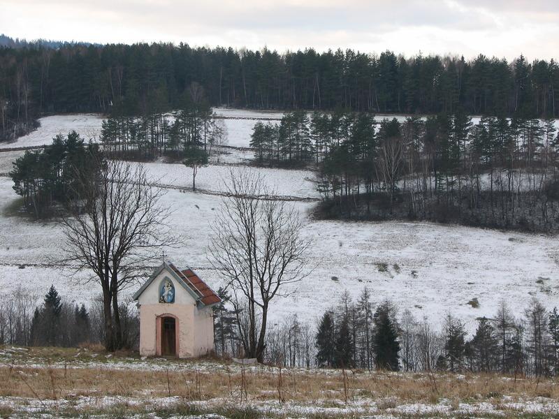 Kapliczka na środku pola