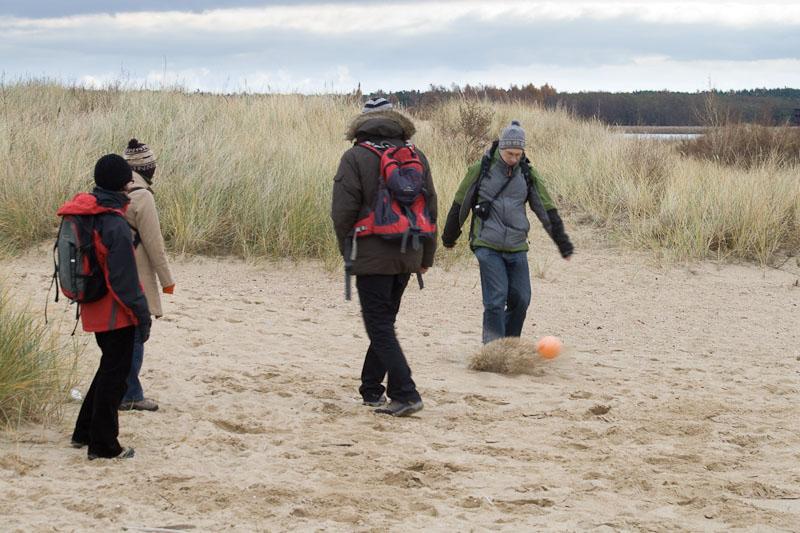 Plaża + boja = piłka nożna!