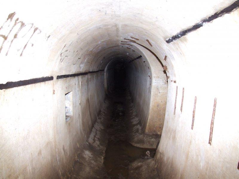 Podziemne korytarze między bunkrami - fot Puszka