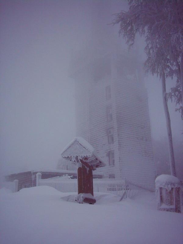 Wieża przekaźnikowa na szczycie Lubonia